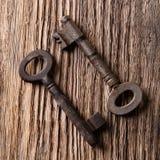 Hoogste mening over twee oude die sleutels op houten raad worden geplaatst Stock Afbeeldingen