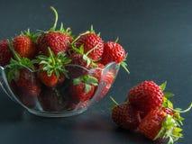 Hoogste mening over verse rode aardbeien in een mand op zwarte Stock Afbeeldingen
