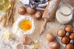 Hoogste mening over voorbereide ingrediënten voor baksel Stock Fotografie
