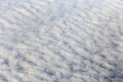 Hoogste mening over witte wolken stock foto