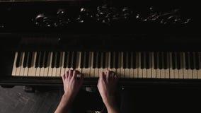 Hoogste mening Pianist die de uitstekende piano in ouderwets binnenland spelen stock video
