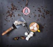 Hoogste mening Plak van heerlijke cake en koffie stock foto's