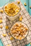 Hoogste mening twee koppen van melk met graangewassenringen in een zonnige ochtend Stock Afbeelding