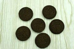 Hoogste mening van één enkel dubbel chocoladekoekje op een witte achtergrond stock foto's