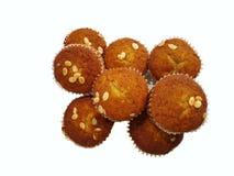Hoogste mening van Banaan cupcake met bes en plakamandelen op geïsoleerde bovenkant stock afbeelding