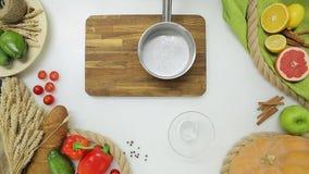 Hoogste Mening van Belangrijkste Handen die mousse koken Gezonde levensstijl, dieetvoedsel stock videobeelden