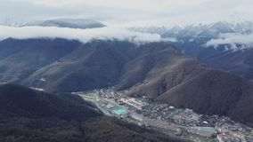 Hoogste mening van berglandschap met oude stad in vallei Mooi panorama van bergketens met sneeuwpieken in mist stock video