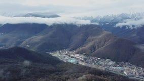 Hoogste mening van berglandschap met oude stad in vallei Mooi panorama van bergketens met sneeuwpieken in mist stock footage