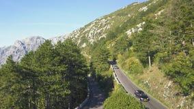 Hoogste mening van bergverkeer voorraad Verkeer op bergspoor in de zomer De motorrijder gaat avonturen ontmoeten stock afbeeldingen