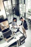 Hoogste mening van binnenlandse ontwerper en zijn secretaresse die nieuw project bespreken royalty-vrije stock afbeelding