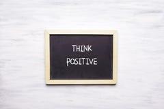 Hoogste mening van bord met POSITIEF THINK geschreven op het Stock Afbeelding