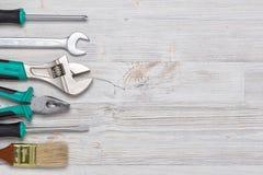 Hoogste mening van bouwinstrumenten en hulpmiddelen op houten DIY-werkbank met exemplaarruimte op centrum Stock Fotografie