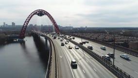 Hoogste mening van brug met opschorting voor weg sc?ne De mooie brug met boog wordt voortgebouwd op rivier voor mededeling van stock video