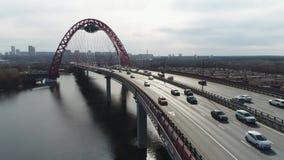 Hoogste mening van brug met opschorting voor weg sc?ne De mooie brug met boog wordt voortgebouwd op rivier voor mededeling van stock videobeelden