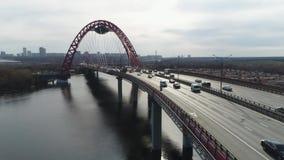 Hoogste mening van brug met opschorting voor weg sc?ne De mooie brug met boog wordt voortgebouwd op rivier voor mededeling van stock footage