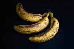 Hoogste mening van bruine bevlekte bananen Banaan met donkere zwarte vlekken stock afbeeldingen