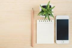 Hoogste mening van bureau met mobiele telefoon en spiraalvormig notitieboekje  Royalty-vrije Stock Afbeelding