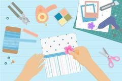 Hoogste mening van bureau met plakboekhulpmiddelen en elementen Royalty-vrije Stock Afbeeldingen
