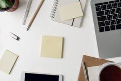 Hoogste mening van Bureauwerkplaats Wit bureau met exemplaarruimte Vlak leg mening over lijst met laptop, telefoon, notitieboekje royalty-vrije stock fotografie
