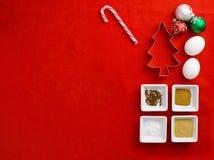 hoogste mening van cakeingrediënt met koekjessnijder met Kerstmisbu Stock Foto