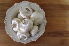 Hoogste mening van champignonpaddestoelen op rustieke kom royalty-vrije stock fotografie
