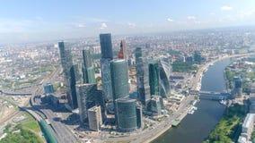 Hoogste mening van commercieel centrum met wolkenkrabbers op achtergrond van panorama van stad actie Cityscape met adembenemend stock video