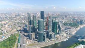Hoogste mening van commercieel centrum met wolkenkrabbers op achtergrond van panorama van stad actie Cityscape met adembenemend stock videobeelden