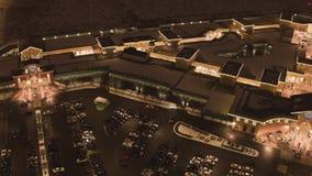 Hoogste mening van dakbovenkanten van verlichte gebouwen van winkelcentrum in de winterdag stock footage