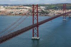 Hoogste mening van 25 DE Abril Bridge in Lissabon over Tagus-rivier Royalty-vrije Stock Afbeeldingen