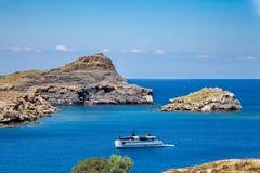 Hoogste mening van de baai en de haven Strand met zonlanterfanters royalty-vrije stock foto's