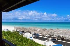 Hoogste mening van de Caraïbische oceaan in Cuba met zonlanterfanter en met stro bedekte hutten - de Rapportage van Serie Kuba 20 royalty-vrije stock afbeeldingen