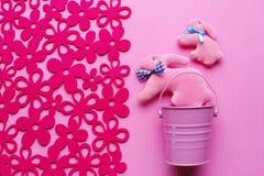 Hoogste mening van de eigengemaakte konijnen van Pasen op een pastelkleur roze achtergrond met bloemen Stock Foto's
