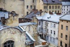 Hoogste mening van de gebarsten muren en de tindaken van oude stadshous Stock Foto's