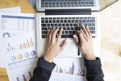 Hoogste mening van de handen die van de vrouw met laptop werken Royalty-vrije Stock Foto