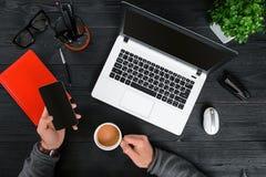 Hoogste mening van de Hipster de zwarte houten Desktop, mannelijke handen die op laptop typen stock foto's