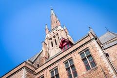 Hoogste mening van de Kerk van Onze Dame in Brugge op een duidelijke dag met een blauwe hemel, België stock afbeelding