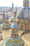 Hoogste mening van de koepels en de daktegels van de toren Stock Foto's
