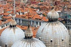Hoogste mening van de koepels van St de Kathedraal van het Teken in Venetië Italië stock fotografie