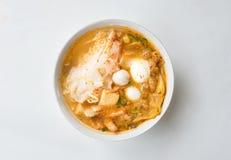 Hoogste mening van de kruidige die TOM YAM-soep van varkensvleesnoedels op Witboek met het knippen van weg wordt geïsoleerd Royalty-vrije Stock Afbeelding