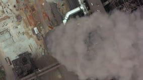 Hoogste mening van de metallurgische installatie Rook die fabrieks uit pijpen komen stock footage