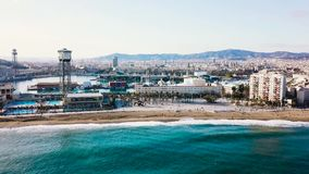 Hoogste mening van de moderne stad door het overzees voorraad Mooie stad op het strand op een Zonnige dag stock footage