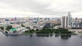 Hoogste mening van de moderne stad met wolkenkrabbers en rivier voorraad Stadslandschap in de loop van de dag stock videobeelden