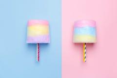 Hoogste mening van de multicolored gesponnen suiker Minimale stijl Roze en blauwe achtergrond royalty-vrije stock afbeelding