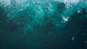 Hoogste mening van de oceaanoppervlakte dichtbij de rotsachtige kust van het Eiland Tenenife, Canarische Eilanden, Spanje Luchtho stock footage