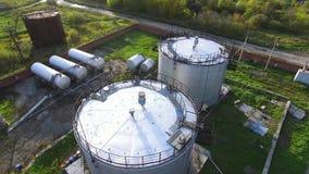 Hoogste mening van de olietank voorraad De tank van de olieopslag in de petrochemische installatie van de raffinaderijindustrie i stock footage