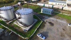 Hoogste mening van de olietank voorraad De tank van de olieopslag in de petrochemische installatie van de raffinaderijindustrie i stock video