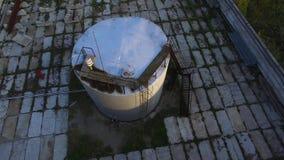 Hoogste mening van de olietank voorraad De tank van de olieopslag in de petrochemische installatie van de raffinaderijindustrie i stock videobeelden