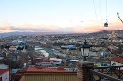 Hoogste Mening van de Oude Stad en Van de binnenstad van Tbilisi in de avond Royalty-vrije Stock Foto's