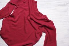 Hoogste mening van de roze sweater van de jonge vrouw op witte houten backgroun Stock Afbeelding