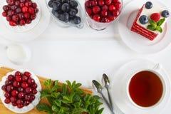 Hoogste mening van de schuimgebakjecake Pavlova met room en bessen Rode fluweelcake met bosbessen en frambozen royalty-vrije stock afbeelding